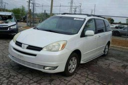 Clean and neat white 2004 Toyota Sienna