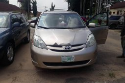 Well maintained gold 2006 Toyota Sienna for sale