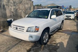Sell white 2005 Toyota Highlander automatic in Lagos