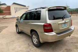 Neat Nigerian used Toyota Highlander Limited V6 4x4 2004 Gold