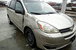 Well maintained gold 2004 Toyota Sienna automatic for sale