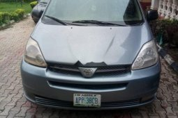 Neat Nigerian used 2004 Toyota Sienna