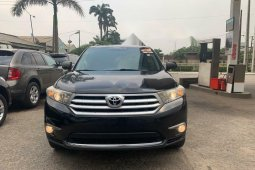 Foreign Used 2012 Black Toyota Highlander for sale in Lagos.