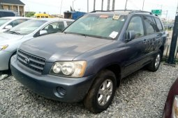 Foreign Used 2002 Blue Toyota Highlander for sale in Lagos.