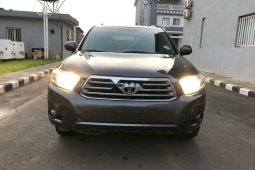 Foreign Used 2010 Dark Grey Toyota Highlander for sale in Abuja.