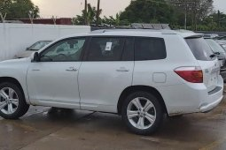 Foreign Used 2008 White Toyota Highlander for sale in Lagos.