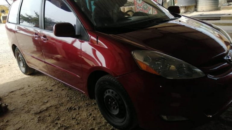 Nigeria Used Toyota Sienna 2006 Model Red-5