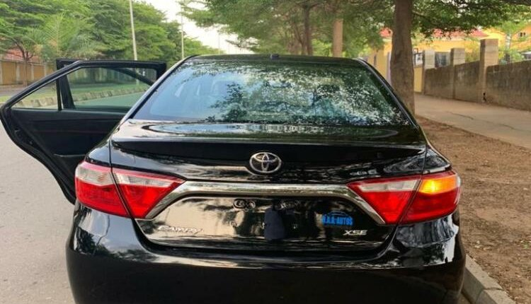 Sparkling black 2015 Toyota Camry SE Foreign used-1
