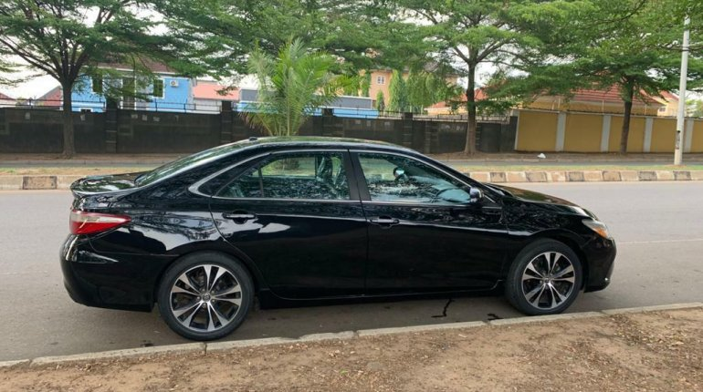 Sparkling black 2015 Toyota Camry SE Foreign used-2