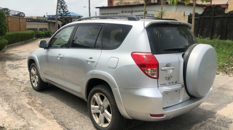 Foreign Used 2007 Silver Toyota RAV4 for sale in Lagos.-5
