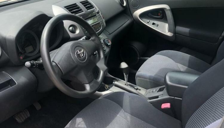 Foreign Used 2007 Silver Toyota RAV4 for sale in Lagos.-10