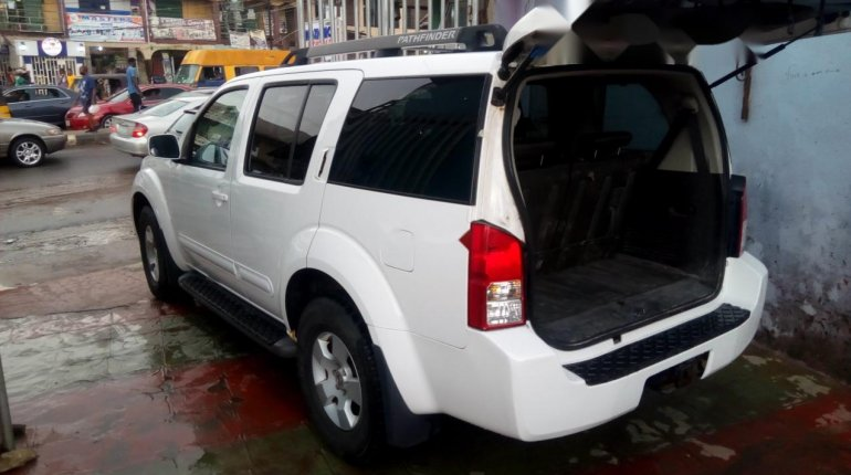Foreign Used Nissan Pathfinder 2006 Model White-3