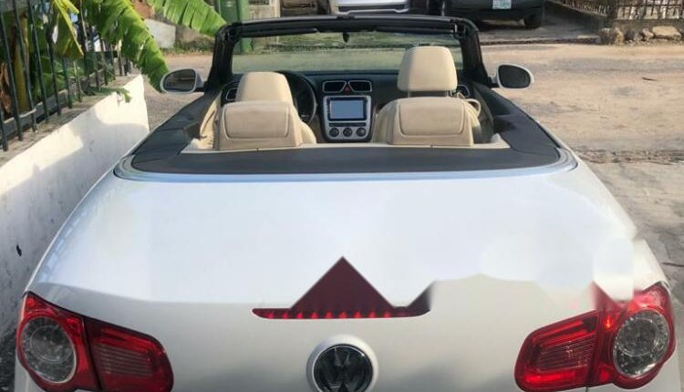 Open Roof Foreign Used 2008 Volkswagen Eos for sale in Lagos.-7