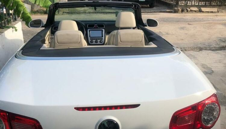 Open Roof Foreign Used 2008 Volkswagen Eos for sale in Lagos.-5