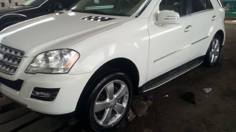 Foreign Used 2010 White Mercedes-Benz ML350 for sale in Lagos. -2