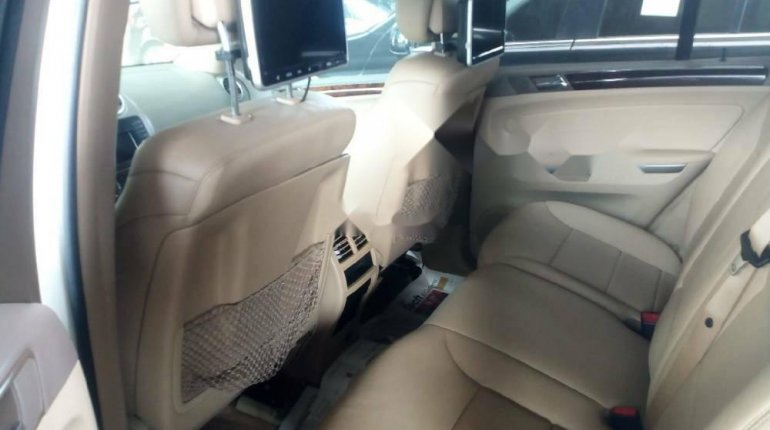 Foreign Used 2010 White Mercedes-Benz ML350 for sale in Lagos. -4