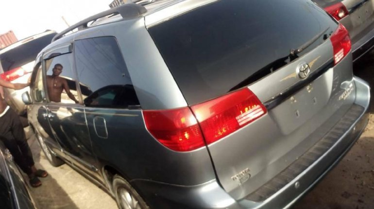 Foreign Used 2005 Dark Blue Toyota Sienna for sale in Lagos. -5
