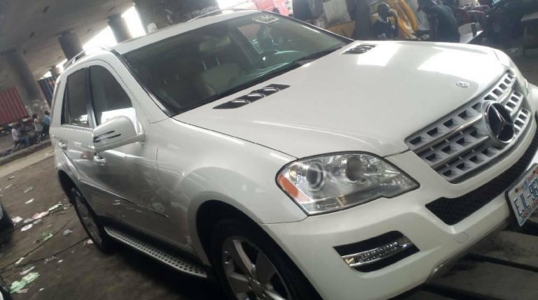 Foreign Used 2010 White Mercedes-Benz ML350 for sale in Lagos. -1