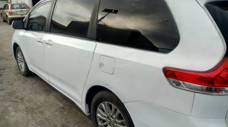 Foreign Used Toyota Sienna 2013 Model White-4