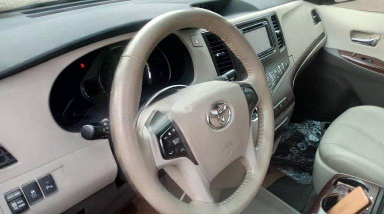 Foreign Used Toyota Sienna 2013 Model White-6