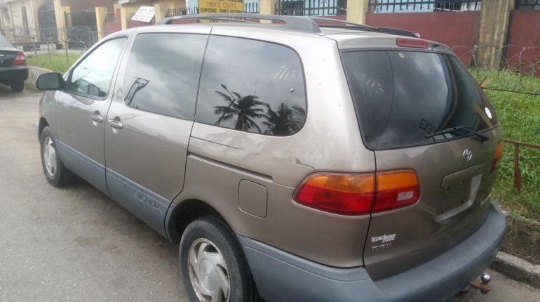 Foreign Used Toyota Sienna 2000 Model Gray-2